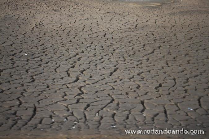 sin agua se resquebraja la tierra