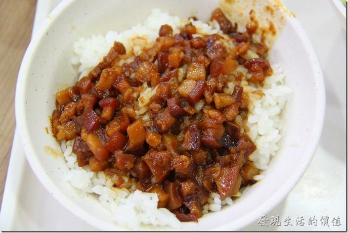 台南-周氏蝦卷。香菇肉燥飯,NT$20。這肉燥飯真的不是周氏蝦捲的強項,倒也不是難吃,而是台南有太多比這裡好吃的肉燥飯了,好吃的肉燥飯光看米飯上泛著油光就夠讓人流口水了,而且吃起來還要有豬皮及豬肉綜合的Q彈感。