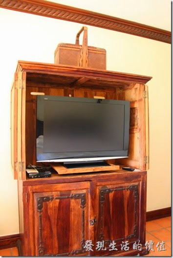 花蓮-理想大地渡假村(房間)。連電視櫃也是原木作成的耶,有沒有注意到電視櫃上面有個竹編提籃。