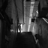 Shanghai - Marché poisson - L'homme passe la porte