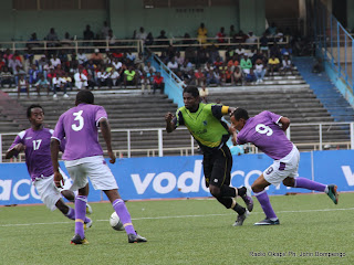 A.S. V-Club (vert-noire) contre Don Bosco (Bleu-blanc) le 16/10/2011 au stade des Martyrs à Kinshasa, score : 0-0. Radio Okapi/ Ph. John Bompengo