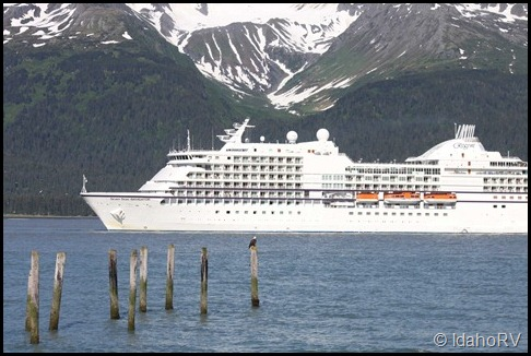Cruise-Ship-Leaving