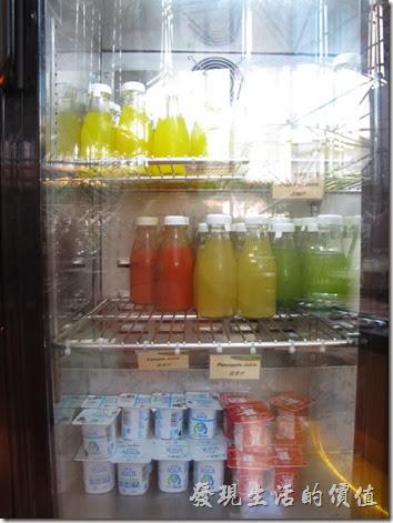 上海-齊魯萬怡大酒店。飯店早餐的冷飲都會用小玻璃瓶裝好一瓶一瓶密封,方便客人拿取,也比較衛生。