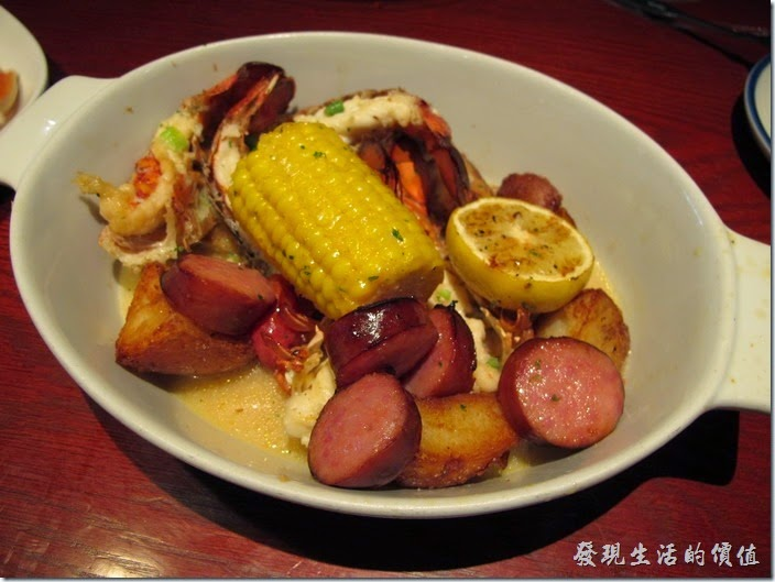 Louisville-RED-lobster。New England Lobster Kettle, US$23.99. This traditional clambake with clams, and lobster and corn is conveniently made on the stove-top so you can enjoy it year-round. 這道「蒸煮新英格蘭龍蝦」裡頭有龍蝦、蛤蜊、玉米、馬鈴薯,還有香腸。看到網路上很多人愛吃,可是個人吃不太習慣,大概是使用了太多的味道了吧,酸酸甜甜的,總感覺有點搶去了龍蝦原本的風采。