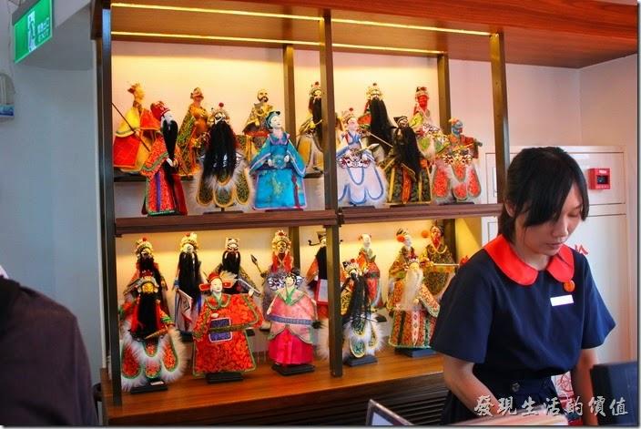 台南林百貨頂樓樓梯間販賣著各式紀念品,櫃檯後面是台灣傳統的布袋戲人偶。