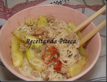Noodles com atum e legumes.
