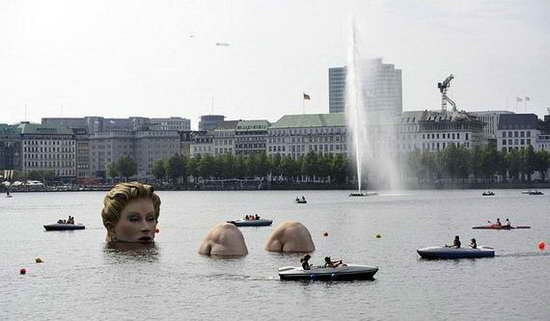 Giant_Bathing_Woman-Sculpture-in- Hamburg07