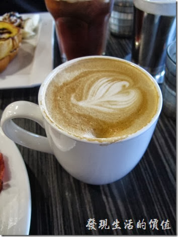 台南成功店-鯊魚咬土司。經典拿鐵熱咖啡,NT$90。對我來說咖啡的味道稍微淡的點,咖啡豆的品質應該還可以。