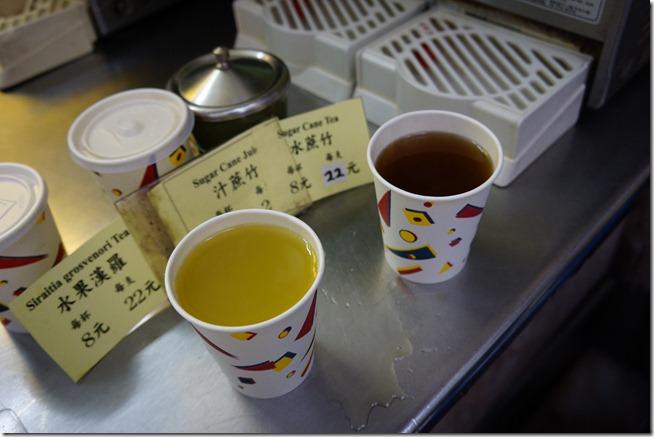 左邊是甘蔗汁(竹蔗汁)用搾的 右邊是水蔗汁 用煮的