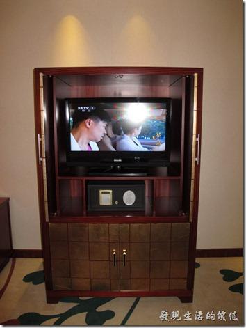 惠州-康帝國際酒店。液晶電視以及保險箱,電視有點小,可能是將就原來的電視櫃吧!電視櫃應該要改成開放式可以旋轉的樣式,這樣坐在書桌前也可以看電視,像現在這樣就只能躺在床上看電視。