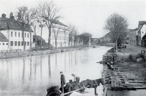 Fyrisån 1860-talet. Tvättbryggorna och några vattenhämtare. Östra Ågatan