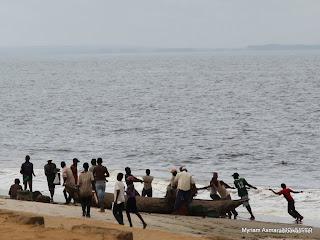 Pêcheurs au retour avec les poissons du jour, à Muanda (Moanda), novembre 2010.