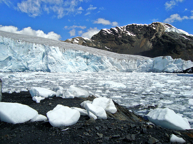Central Peru's Pastoruri glacier, in the Cordillera Blanca (White Range), 18 May 2010. Photo: Edubucher / Wikimedia Commons