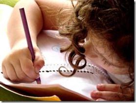 imagem de uma criança estudando