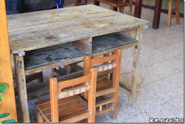 寶來-山之戀風味餐廳。荖濃國小的課桌椅也被拿來當餐桌,小朋友應該會喜歡吧!