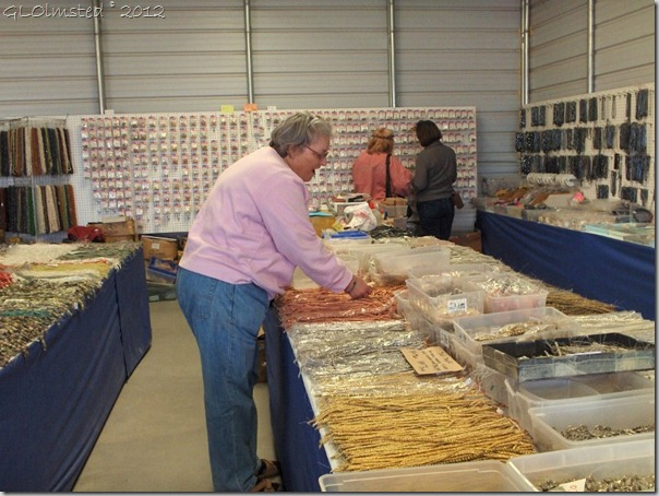 03 Karen shopping for beads Quartzsite AZ (800x600)