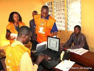 – De gauche à droite, en badge jaune, des opérateurs de la CENI, en train d'enregistrer un homme ce 7/05/2011, dans le cadre de processus électoral en RDC. Radio Okapi/Ph. John Bompengo