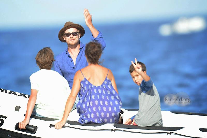 [Fotos] Simon Baker e Família (11.07.2014) 00835