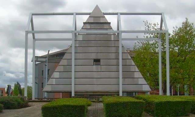 Pirâmide Illuminati em Blagnac