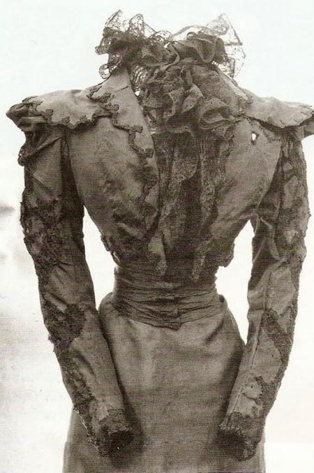 El vestido que llevaba el día en que la asesinaron. se ve la marca del estilete