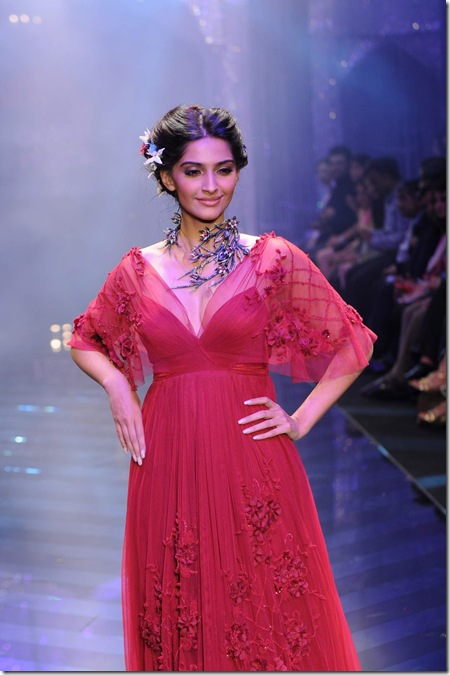 Sonam Kapoor Very Gorgeous On The Ramp Stills4