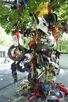 Skulptur aus Mopedresten an der Dragontailroad
