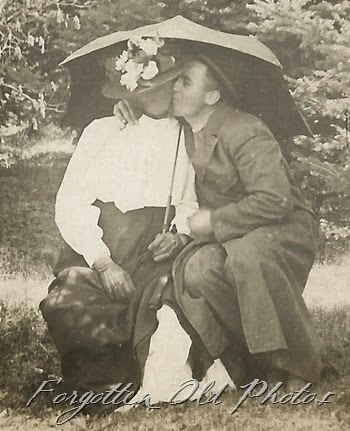 Kissing couple Dl Ant Cyko Postcard