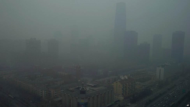 Smog blankets Beijing, 13 January 2013. Air pollution levels in the Chinese capital were at hazardous levels for days, with dense smog continuing to shroud the city amid freezing winter temperatures. Photo: AP via BBC