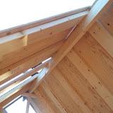 屋根用の材を載せていきます