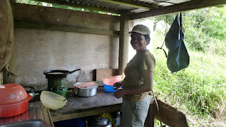 Guide Lesi kocht einen Nachmittagsimbiss; Wanderung im Koroyanitu National Heritage Park.