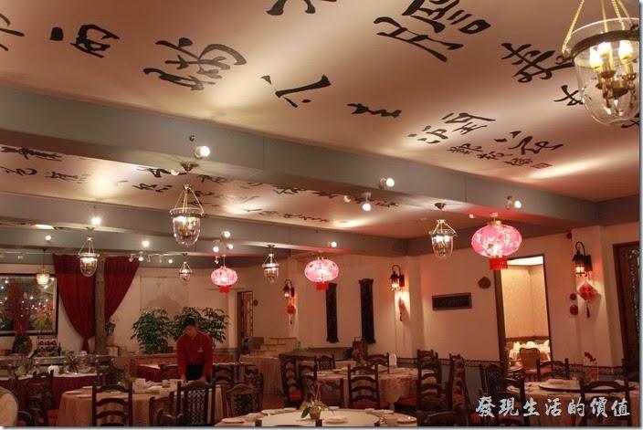 花蓮-理想大地渡假村中餐廳。理想大地中餐廳的天花板上有中國書法的詩詞。
