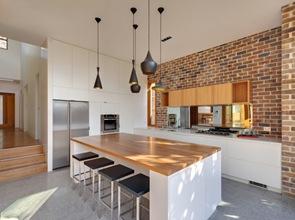 Isla blanca con madera en cocina