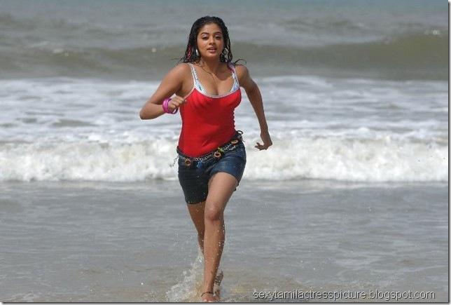 Priyamani_hot_in_beach_01