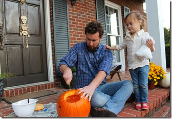 Zoey & Daddy carving pumpkin13