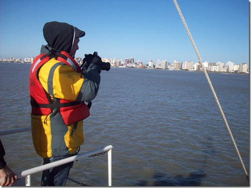 El fotógrafo haciendo su trabajo desde el mar