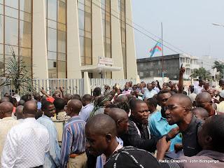 Sit-in des fonctionnaires de l'Etat devant le siège du ministère des Finances à Kinshasa (12/07/2011). Radio Okapi/ Ph. John Bompengo