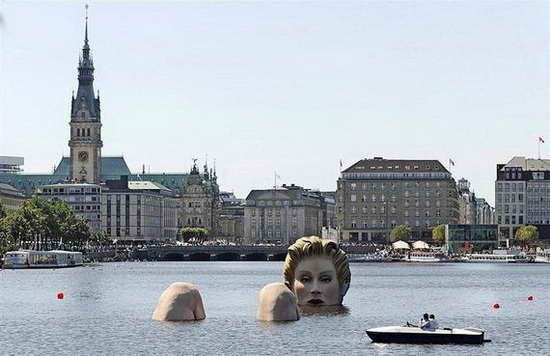 Giant_Bathing_Woman-Sculpture-in- Hamburg10