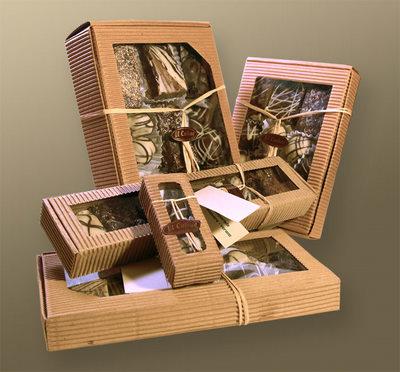 Distintos tamaños de cajas de cartón corrugado con chocolates