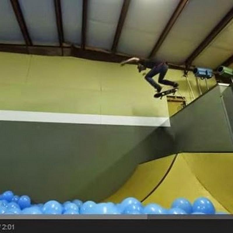 Skateboarding μέσα από πέντε χιλιάδες μπαλόνια