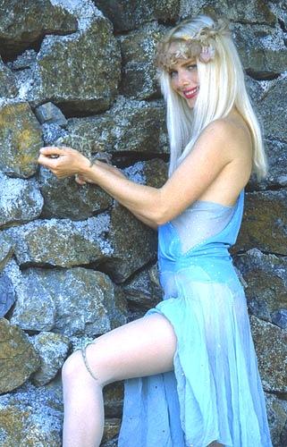 Ilona Staller lolita con 2 ramarri (picc)