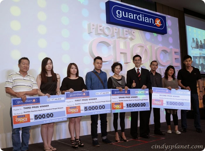 Lucky Guardian customers with their prizes  (2)