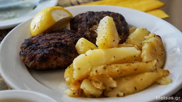 """Οχτανόστιμο μπιφτέκι με πατάτες Στη ταβέρνα """"Συριανή Κουζίνα"""""""
