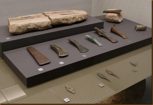 Edad del Bronce - Molde de piedra  y hachas de bronce - Museo de Navarra