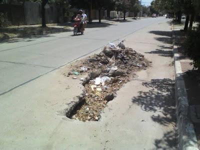 pozo en una calle con pavimento chacabuco moreno entre solís y falucho