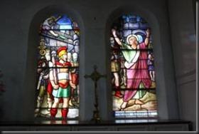 Vitraux dédiés au saint patron de l'église (probablement déplacés de l'ancienne église vers la sacristie)