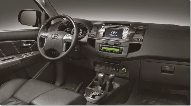 SW4 SRV AT 4x4 interior preto f02