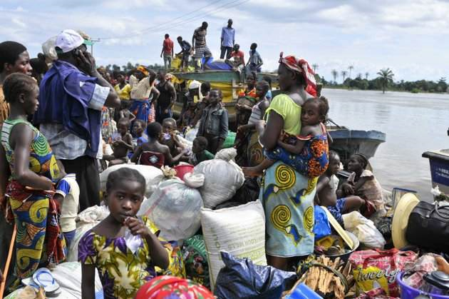 People evacuating from flooding in Odogwu, Ibaji local government area, arrive on the beach of Idah in Nigeria's central state of Kogi, 28 September 2012. Nigeria's worst flooding in decades has displaced more than 600,000 people in the centre of the country over the past week and stranded some villagers on rooftops. Afolabi Sotunde / REUTERS