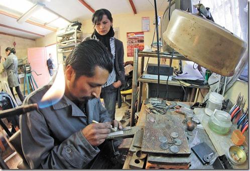 Cecilia Mendoza y Marco Loayza trabajan en el taller del artesano paceño.