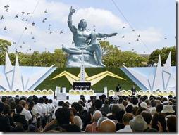 Pombas são soltas e voam durante cerimônia que marca o 68º aniversário do ataque nuclear em Nagasaki.de Nagasaki. (Foto: Kyodo News / AP Photo)