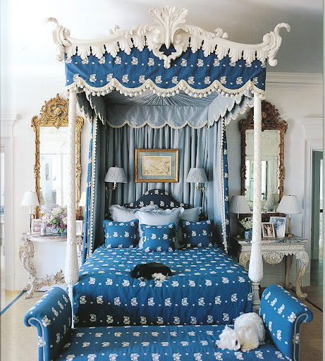 This blue and white bedroom is cheerful, with classic finishes.